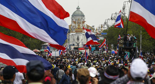 [Caption]Thousands of demonstrators, among them a group known as the Student and People Network to Reform Thailand, rallied near Government House on Monday.