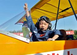 Bé 6 tuổi khổ luyện thành phi công trẻ nhất thế giới