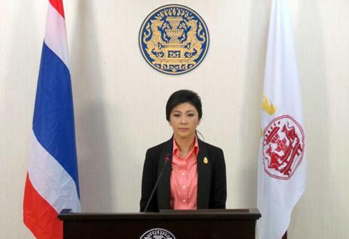 [Caption]Thủ tướng kiêm Bộ trưởng Quốc phòng Thái Lan Yingluck Shinawatra phát biểu sáng nay tại Bangkok về việc giải tán Quốc hội.tiến hành bầu cử sớm, trong lúc hàng nghìn người biểu tình chống chính phủ xuống đường tuần hành.Ảnh: AP