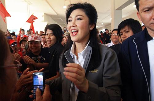 [Caption]Thủ tướng Thái Lan Yingluck Shinawatra đi giữa những người ủng hộ ở Chiang Mai hôm 12/12 vừa qua. Ảnh:AFP