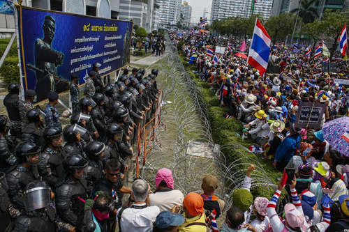 [Caption]Around 10,000 antigovernment protesters besieged a Defense Ministry building in Bangkok on Wednesday to ramp up pressure on Prime Minister Yingluck Shinawatra to resign