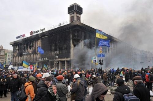 Tòa nhà bị châm lửa đốt hồi đầu tuần, hiện chỉ còn lại những bức tường. Ảnh: AFP.