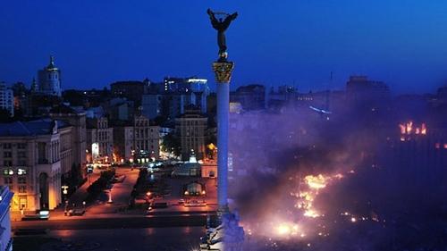 CNN dẫn nguồn từ đội y tế của người biểu tình cho hay có tới 100 người chết và 500 người bị thương trong các cuộc đụng độ hôm qua tại quảng trưởng Độc lập. Trước tình trạng bạo lực tiếp diễn tại Ukraine, cộng đồng quốc tế đe dọa trừng phạt nếu phe đối lập và chính phủ nước này không trở lại bàn đàm phán. Ảnh: RT.