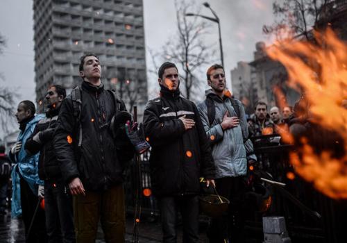 Người biểu tình tuần hành bên ngoài trụ sở quốc hội Ukraine hôm 22/2sau khi quốc hội nước nàynhất trí tổ chức bầu cử tổng thống sớm vào ngày 25/5 tới. Ảnh: AFP
