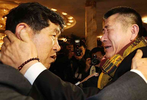 Park Yang-Kon (R) of South Korea bids farewell to his brother Park Yang-Soo (L) of North Korea. AFP Photo/Yonhap