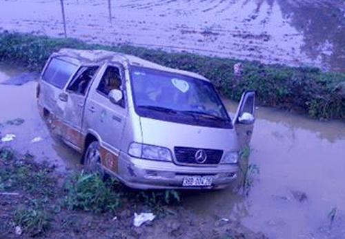 Sau cú va chạm mạnh, xe khách chở 16 người bị lao xuống mương nước cạnh đường. Ảnh: Sơn Dương