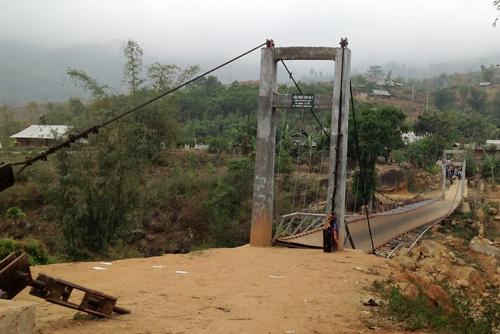 Cây cầu bị tuột ốc neo và văng dây cáp,khiến cầu bị sập nhẹ và trao nghiêng. Ảnh: Sơn Thủy