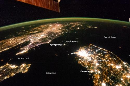 Ánh sáng từ thủ đô Bình Nhưỡng chỉ tương đương một thị trấn nhỏ ở Hàn Quốc. Ảnh: NASA,