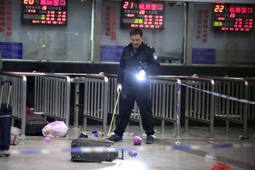 Một cảnh sát kiểm tra hiện trường vụ tấn công. Ảnh: AFP.
