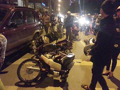 6 xe máy nằm la liệt dưới đường chỉ bị hư hỏng nhẹ.Ảnh: Sơn Dương