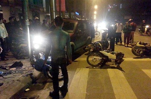 Sau cú đâm vào 9 xe máy, ôtô chỉ dừng lại khi đâm vào cột đèn cao áp. Ảnh: Sơn Dương