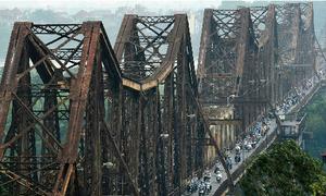Nỗi xấu hổ Chu Va nhìn từ cầu Long Biên