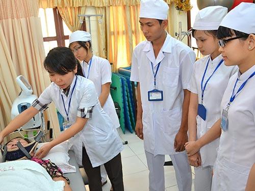 Sinh viên ngành vật lý trị liệu, 1 trong 3 ngành học của Trường ĐH Y Dược TP HCM vừa được Bộ GD-ĐT cho phép tuyển sinh trở lại Ảnh:
