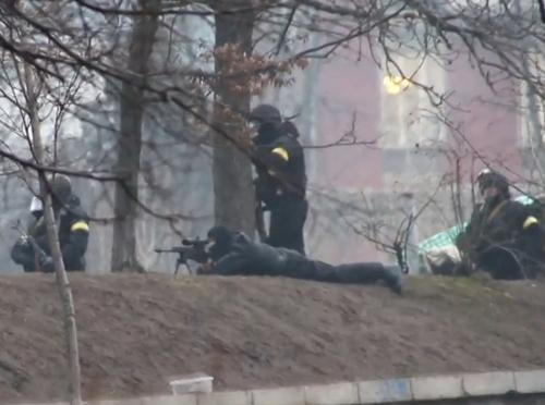 Môt tay súng bắn tỉa ở Quảng trường Độc Lập, thủ đô Kiev. Ảnh: Radio Svoboda.