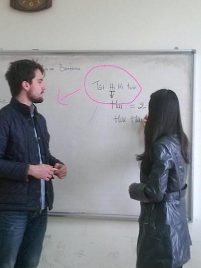 Cách anh ấy học tiếng Việt.