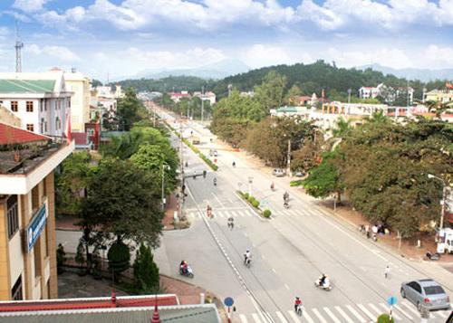 Đây là tuyến đường hai chiều, được coi là đẹp, rộng và dài nhất trong đô thị, vừa có vị trí đặc biệt quan trọng về kinh tế, chính trị quốc phòng, an ninh thành phố Điện Biên Phủ.