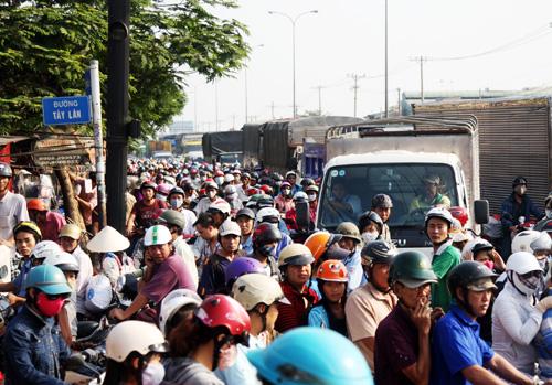 Tai nạn khiến gao thông qua giao lộ kẹt cứng. Ảnh: An Nhơn