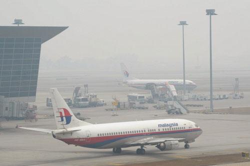 Hai chiếc máy bay của hãng hàng khôngMalaysia Airlines đỗở sân bay Kuala Lumpur hôm nay. Ảnh: AFP