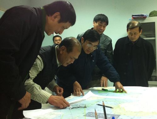 Ban chỉ huy đang xác định vị trí vật khả nghi trên bản đồ