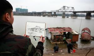 Hàng trăm sinh viên ký họa cầu Long Biên