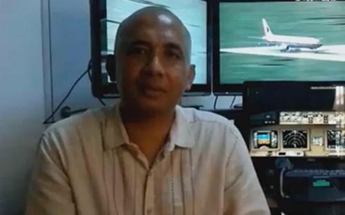 Phi công Zaharie Ahmad Shah và hệ thống mô phỏng máy bay tại nhà. Ảnh:Facebook