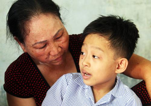 Việt luôn theo sát bà nội khi thấy người lạ đến nhà. Ảnh: An Nhơn