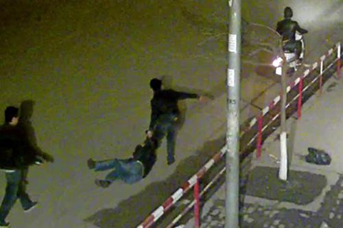 Hình ảnh trong clip ghi lại cảnh 'cò mồi' hành hung, kéo lê hành khách trên đường. Ảnh: CC