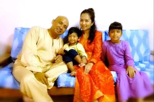 Zaharie Ahamd Shad chụp ảnh cùng vợ và 2 trong số 3 người con. Ảnh: