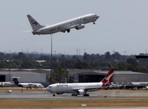 Phi cơ P8 Poseidon của hải quân Mỹ cất cánh từ sân bay quốc tế Perth. Ảnh: Reuters.