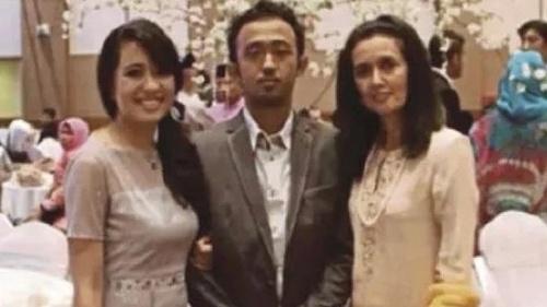 Ahmad Seth Zaharie, 26 tuổi (chính giữa) cùng chị gái (trái) và mẹ.
