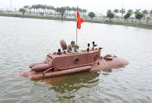 Khoảng 12h10 ông Hòa lên bờ sau khi thử nghiệm dưới hồ thành công.