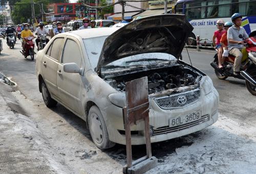 Phần đầu xe bị cháy đen. Ảnh: An Nhơn
