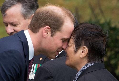 """Hoàng tử William cũng đáp lễ """"hongi"""""""