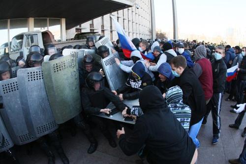"""Người biểu tình đụng độ với cảnh sát khi tiến vào trụ sở chính quyền ở thành phố Donetsk. Khoảng 50 người vừa hô vang """"Donetsk là thành phố của Nga!"""" vừa phá vỡ các rào chắn để xông vào tòa nhà. Ảnh: AFP"""