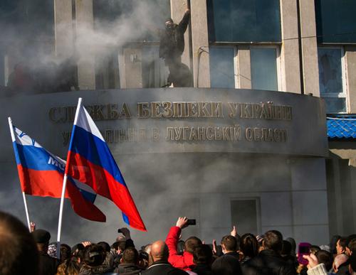 Người biểu tình ủng hộ Nga bao vây và chiếm giữ mộttòa nhà chính quyền ở miền đông Ukraine. Ảnh: AFP