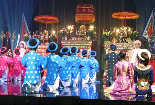 hội người Việt Cao Niên ỡ Little Saigon  đứng ra tỗ chức ngày Giỗ Quốc Tỗ Hùng Vương đễ giúp con cháu và thế hệ trẻ  không quên phong tục tập quán của người Việt khi sinh ra và lớn lên tại nước ngoài .