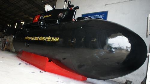 Một công ty đã tài trợ để doanh nhân Nguyễn Quốc Hòa sơn Tàu Trường Sa 1 để hướng ra biển thử nghiệm.Ảnh: Hương Quốc