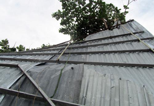 Một mái nhà bị thổi bay. Ảnh: An Nhơn