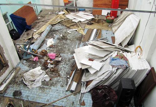 Mái nhà bị tốc khiến đồ đạc trong phòng trọ sinh viên hư hỏng. Ảnh: An Nhơn