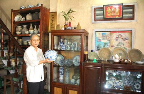 Thầy giáo Phạm Văn Thành với không gian trưng bày đồ cổ tại tư gia của mình.