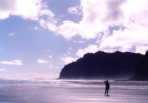 Karekare là một hòn đảo nhỏ ở phía Bắc New Zealand, cách trung tâm thành phố Auckland 35km về hướng Tây. Ảnh: Miramax.
