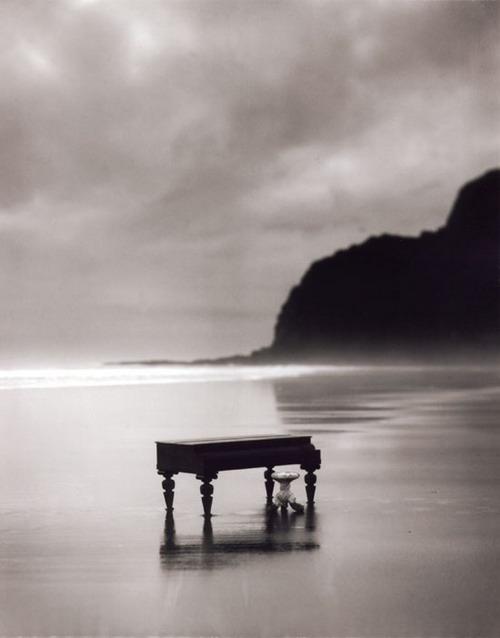 Tôi mơ ước có ngày được dạo bước trên bãi cát đen của Karekare để tìm lại tiếng dương cầm tuổi thơ. Ảnh: Miramax.