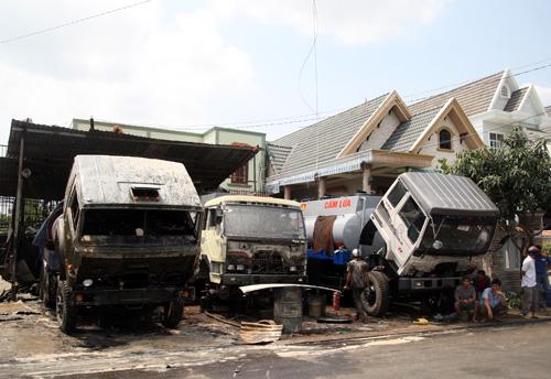 Các xe bồn đang đậu sửa chữa gần đó cháy xem. Ảnh: An Nhơn