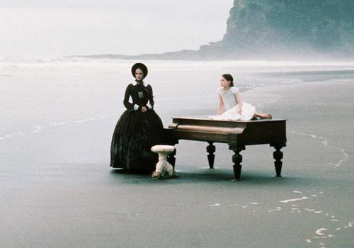 """Khoảnh khắc nhân vật Ada chơi đàn bên cô con gái Floral trên bãi biển là cảnh quay khiến tôi nhớ mãi trong phim """"Dương cầm"""". Ảnh: Miramax."""