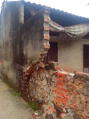 ường nhà một hộ dân ở xã Yên Sơn bị nứt vỡ. Ảnh: Hà Nội Mới