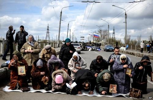 Những người phụ nữ Sloviansk hôm qua cầu nguyện vì hòa bình. Ảnh: AP