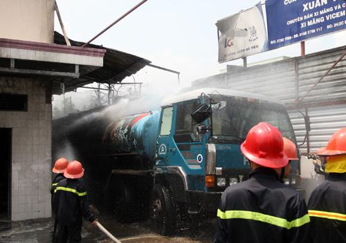 Xe bồn chở 28.000 lít xăng dầu phát hỏa. Ảnh: An Nhơn