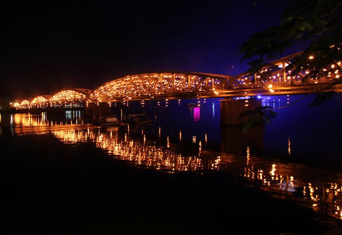 Cầu Trường Tiền được thắp sáng bằng 4.000 ngọn nến