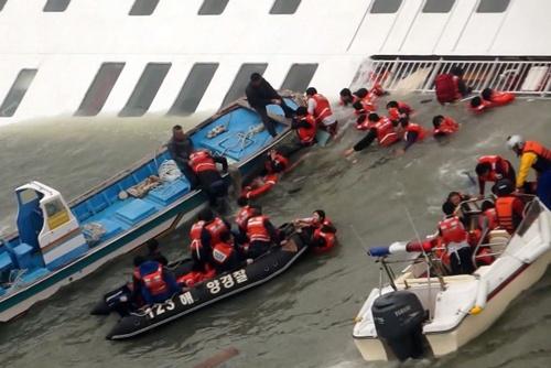 Lực lượng cứu hộ giải thoát các hành khách trên phà Sewol. Ảnh: Yonhap