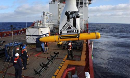 Tàu lặn Bluefin-21 được triển khai từ tàu Ocean Shield. Ảnh: AFP.